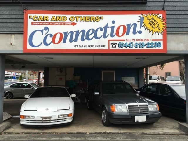 屋根付き展示スペースもありますので、雨天でもお車をユックリご覧頂けます。