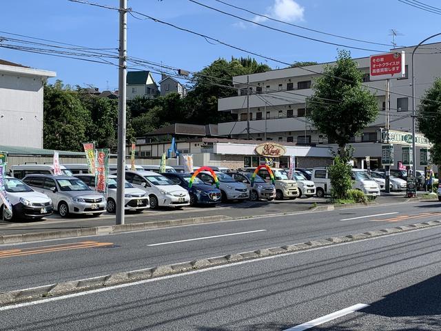 鎌倉街道沿い、ローソンが向かいにあります。本当に良質で安価なクルマを厳選して販売しております!