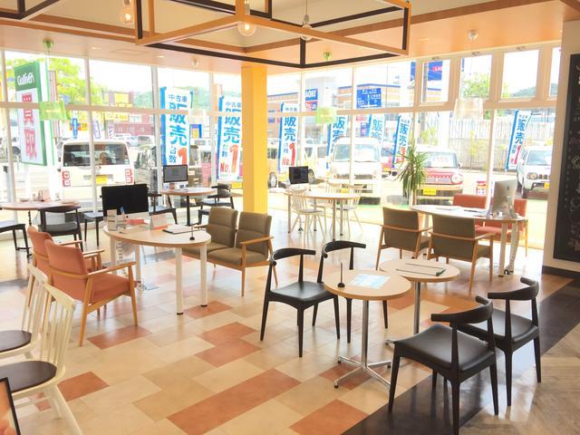 店内も明るくなるようガラス張りで、落ち着いた雰囲気で居心地の良い空間を作っております!