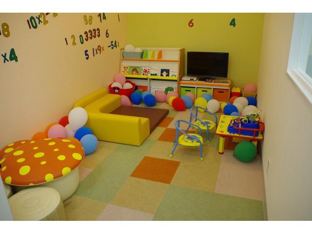 お子様が遊べるキッズルームも完備しております。安心しておクルマ選びができます!!