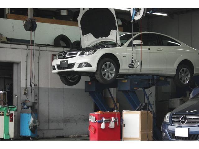 ピットは広くはありませんが、工場を分散する事で多くの車両受け入れが可能です