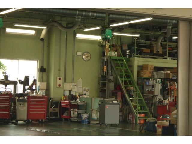 第二工場になります。車種、整備、修理内容によってピットを変えて効率化を図ってます
