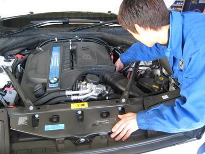 国家資格のメカニックが車検を担当します。