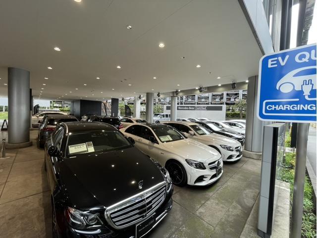 サーティファイドカー第一展示場です。天候に関わらずお車をご覧頂けます。お客様駐車場も屋内にございます