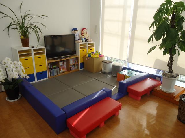 商談テーブルから目の届く所にキッズスペースがあるので小さなお子様が居ても安心ですよ!