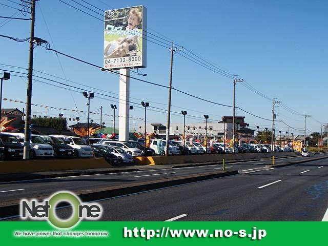 常磐自動車道「柏インター」から約1分、国道16号線沿いの背の高い「笑った子供の看板」が目印です!