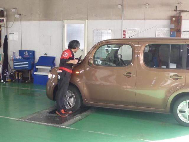 2人1組で車検検査を実施