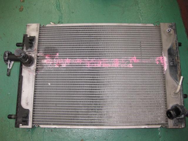 これは大事なラジェーターです。ピンク色の痕跡はLLCが漏れて流れ出した故障修理です。