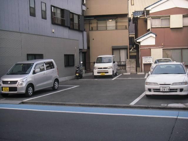 事務所の目の前にお客様用駐車場もご用意させていただいております。
