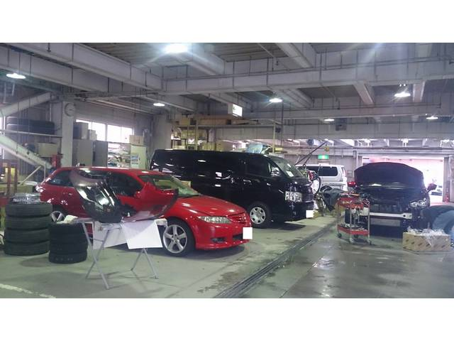 一階は板金、整備工場となっております!国産車から輸入車までどんなお車でも対応させて頂きます!