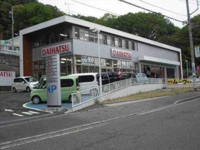 朝比奈交差点の角にございます。併設されているダイハツ店では新車販売も行なっております。