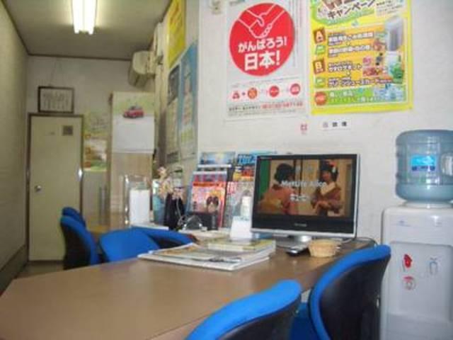 待合室です。車検やメンテナンスの間、こちらででお待ち下さい。最新の雑誌や漫画を取り揃えてます!