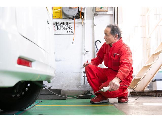 当店は運輸局指定工場です。車検の検査ラインです。検査員が責任を持って点検いたします。