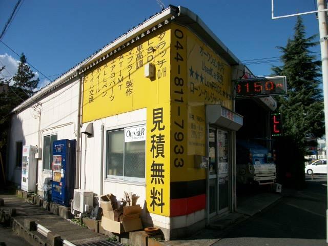黄色の建物が目印