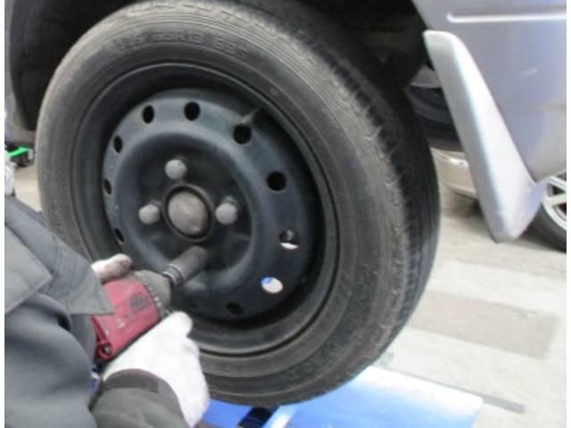 車と地面をつなぐタイヤの交換も承ります