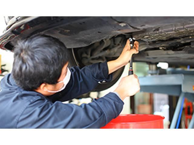 専門の技術を身に付けた整備2級スタッフが3名在籍しております。安心のお車選び+整備をお届け致します。