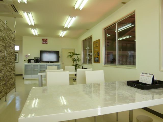 明るい商談室でコーヒーをどうぞ!缶コーヒーですが・・Aカー関連グッズも展示してます。
