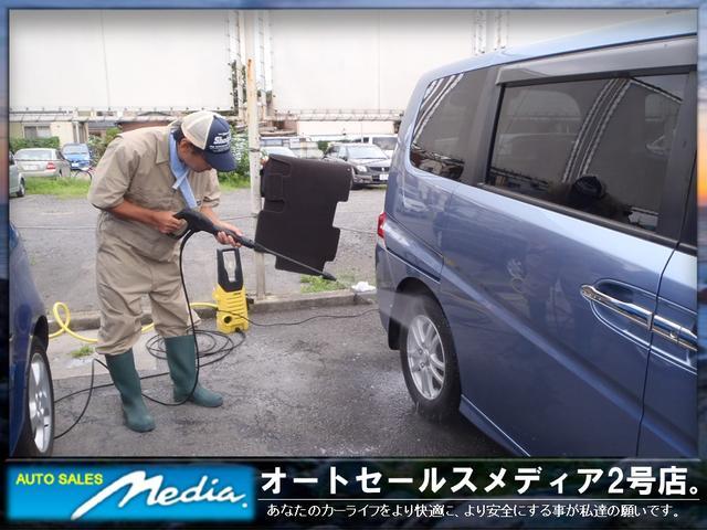 高圧洗浄機で細かい汚れも徹底的に落とします。