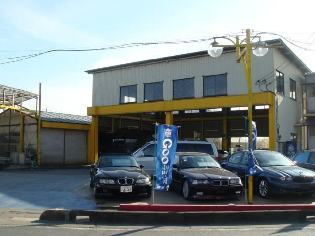 黄色がイメージカラーの店舗&工場です。輸入車の販売も行っています。