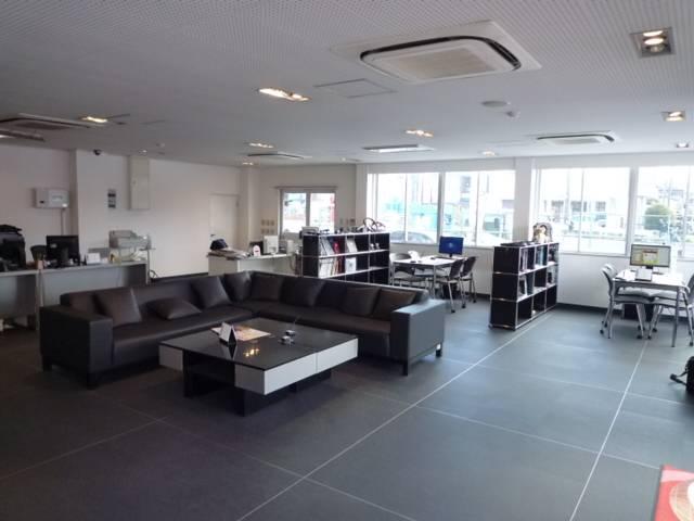 広くて清潔な商談スペース。整備でお待ちの際もごゆっくりおくつろぎ下さい。
