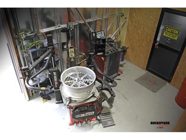 自社工場には最新型のタイヤチェンジャー等、ディーラースペックの設備を完備しております。