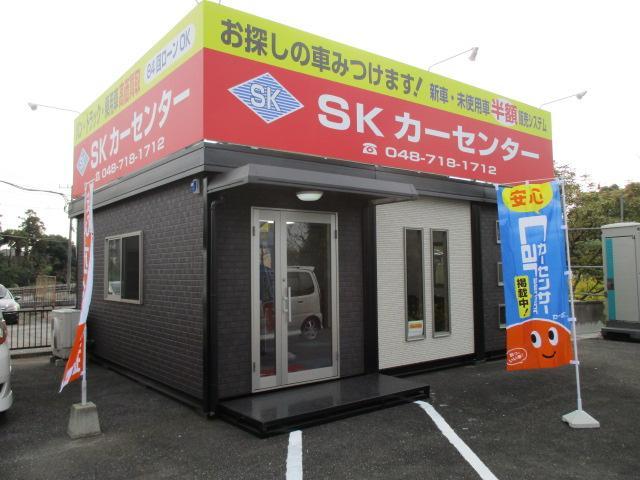 金崎店の店舗風景です。まだ、オープンしたばかりの店舗で、低価格軽自動車と、軽トラ、軽バンを展示!