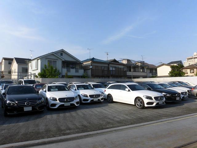 店舗裏手にある在庫保管スペースには常時50台以上の認定中古車を展示しております。