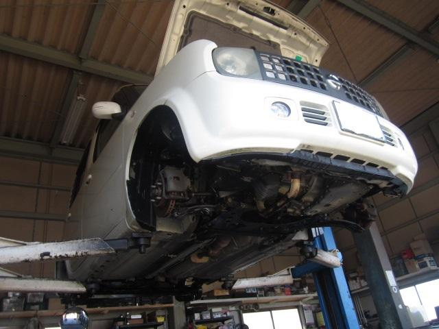 車検は安心して気持ち良く乗って頂くため下廻りやエンジンルームをスチーム洗浄し、洗車、室内清掃します。