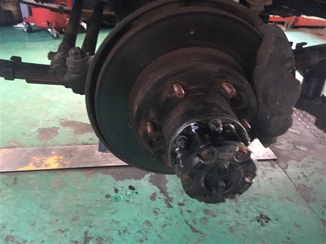 ブレーキ関連の足回り修理・整備もお任せ下さい。当社は分解作業の認可を頂いている認証工場です。