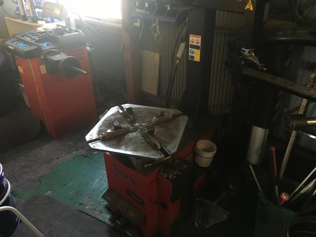 タイヤチェンジャー・バランサー完備しておりますので、タイヤ交換もお任せ下さい。