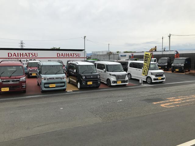 本社向かいに新車展示場があります!ダイハツの新車を中心に展示してあります!