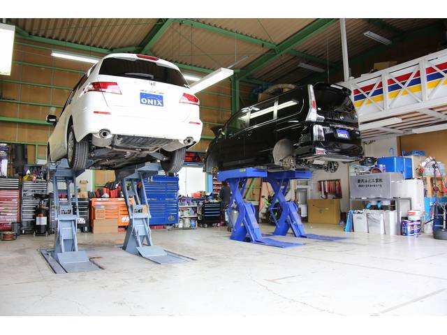 埋め込みカ型リフト2基と2柱型リフト1基を配置。快適な環境にてお客様のお車をお待ちしております。