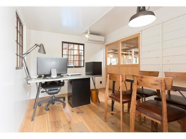 天然杉を贅沢に使用した木の温もり感じさせる店内。家具はジャーナルスタンダードファニチャーで統一。