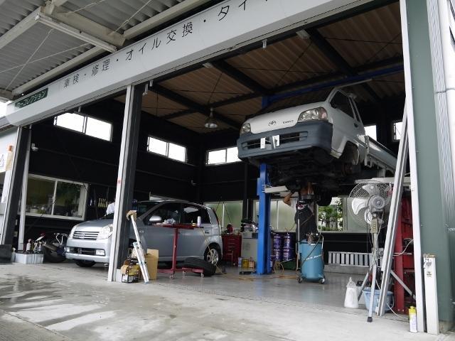 当社のメイン工場です。車検や一般修理・取付けなどの作業を行っております。