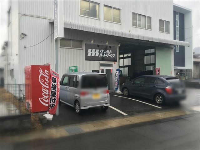 店舗前駐車場には4台のスペースを設けております!