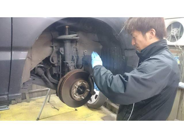 私達は自動車整備のプロです。培った経験と技術、そして拘りの工具を用いて大切なお車の修理を行ないます