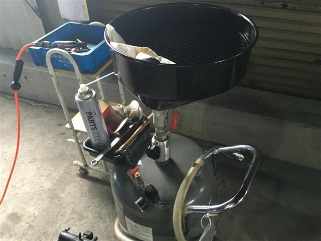 オイル交換から様々な修理・整備までプロのスタッフが対応します。