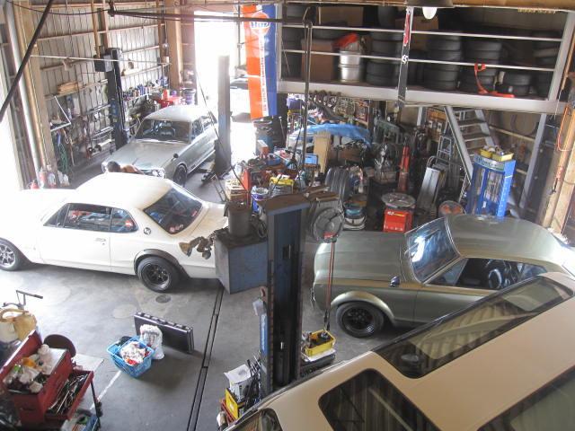 自社認証工場完備。旧車のレストアから一般整備などプロの整備士がしっかりと整備を行います。