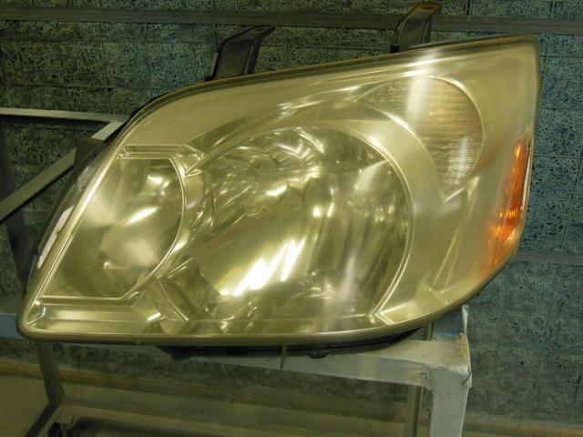 ヘッドライトリペア施工前!ヘッドライトの黄ばみやひび割れの程度により価格や納期は異なります。