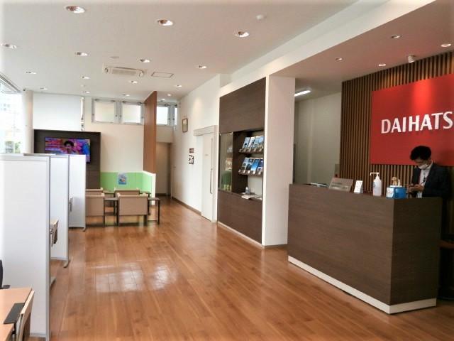 サービス工場、新車販売併設しております。広いショールームでゆったりとおくつろぎ下さい。