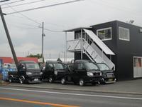 京都南の京田辺市、22号線沿いに軽バンから国産・輸入高級車まで幅広く取り扱っております。