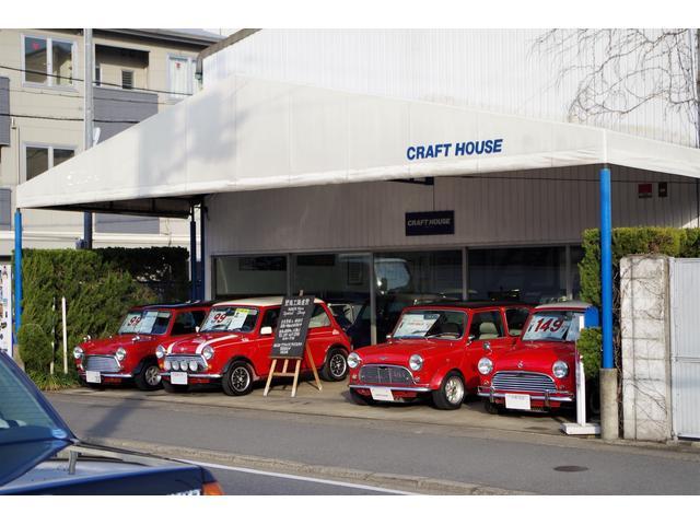 はす向かいに1992年スタートのクラシックミニ専門店。販売実績600台余。全車屋内又は屋根付き展示。