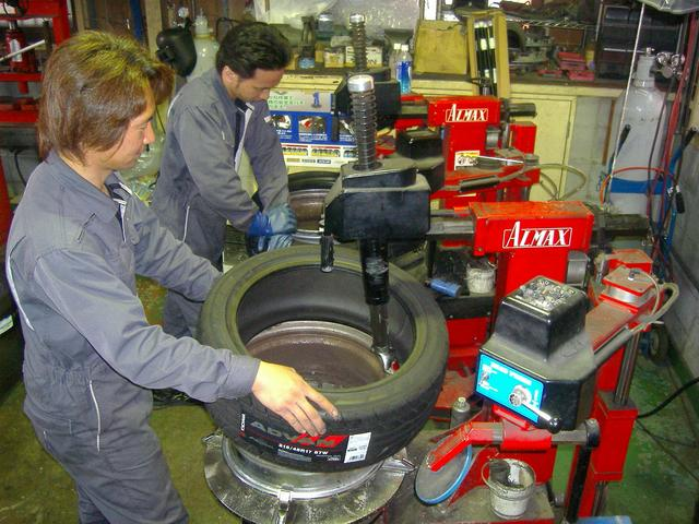 当店はタイヤチェンジャー2基完備しております。タイヤ交換は是非当店にお任せください!直送OKです!!