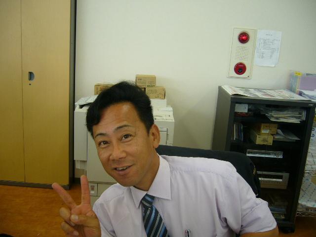 真っ黒い顔の村嶋 邦雄です
