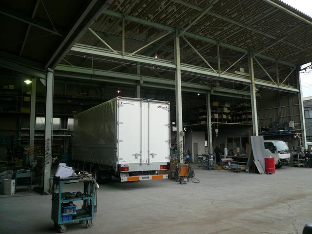 架装・板金工場を自社運営しておりますので、トラックの事ならお任せ下さい!!