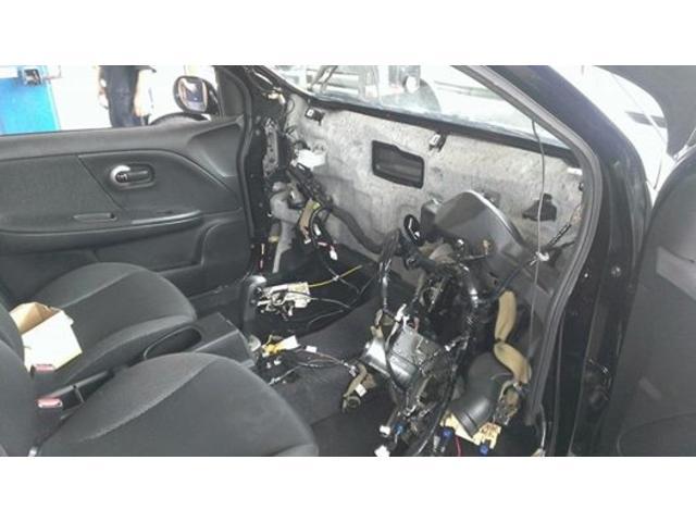 乗用車エアコン修理の様子