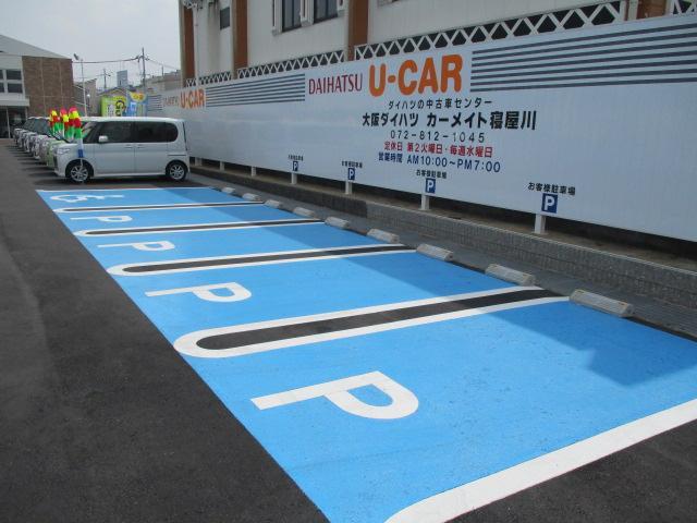入って右側にわかりやすく広いお客様用駐車スペースも確保しております!