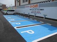 入って右側に広いお客様用駐車スペースも確保しております!