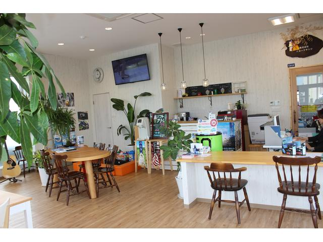 商談スペースは、明るく開放感のある空間になっております。