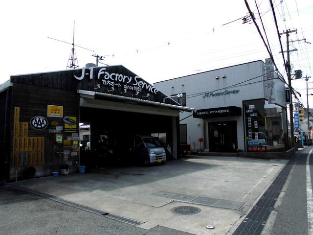 正面左側木製の建物は自社工場正面右側白い建物がフロントとなっております